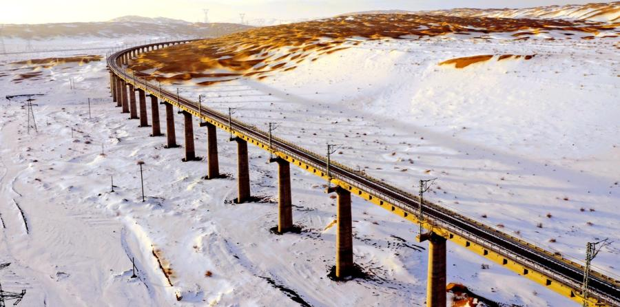 The Shashangou Railway Bridge is located in the Kumtag Desert in Gansu Province.  (Photos by Ma Lu for chinadaily.com.cn)