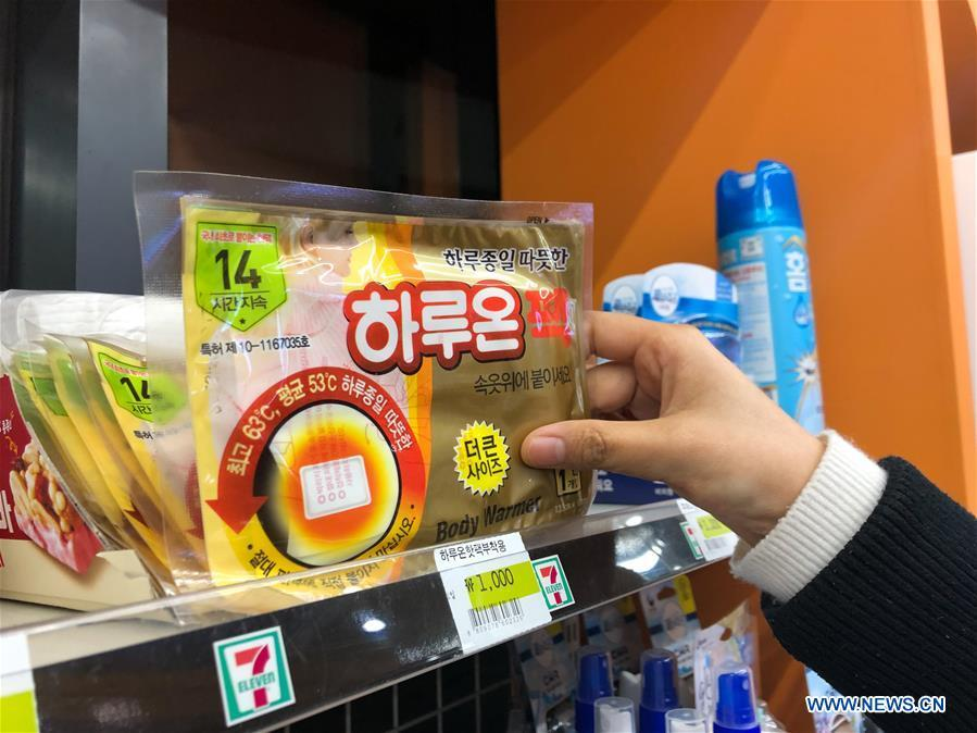 A customer buys warm paste at a store in Seoul, South Korea, Dec. 28, 2018. A cold wave hit the country on Friday, dipping Seoul\'s temperature to minus 19.3 degrees Celsius. (Xinhua/Wang Jingqiang)
