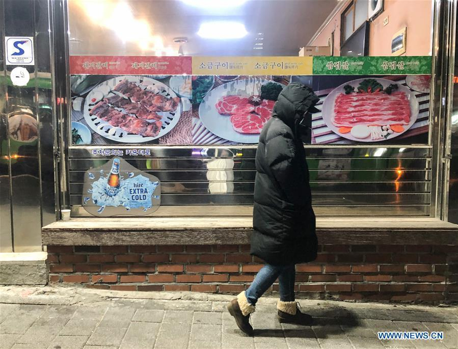 A pedestrian walks in street of Seoul, South Korea, Dec. 28, 2018. A cold wave hit the country on Friday, dipping Seoul\'s temperature to minus 19.3 degrees Celsius. (Xinhua/Wang Jingqiang)