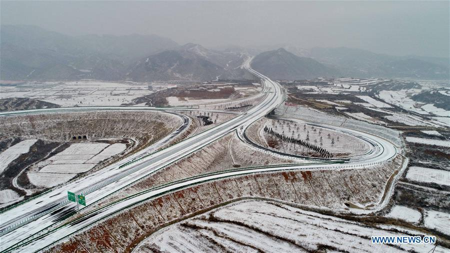 Photo taken on Dec. 27, 2018 shows the Taihang Mountain expressway in Shahe City, north China\'s Hebei Province. The Taihang Mountain expressway linking Hebei with Beijing started operation Friday. The expressway, with a total length of 650 km, connects Hebei\'s mountainous region with the capital and its neighboring provinces including Shanxi and Henan, benefiting a total of 7.4 million people living in the mountainous areas. (Xinhua/Yang Shiyao)