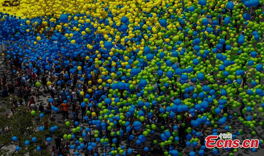 Crowds watch as 50,000 biodegradable balloons are released at Patio do Colegio, the site of Sao Paulo\'s 1544 foundation, Brazil, Dec. 28, 2018. Workers of the city\'s Commercial Association began releasing balloons in 1992 in what has now turned into a tradition to celebrate the new year. (Photo/Agencies)