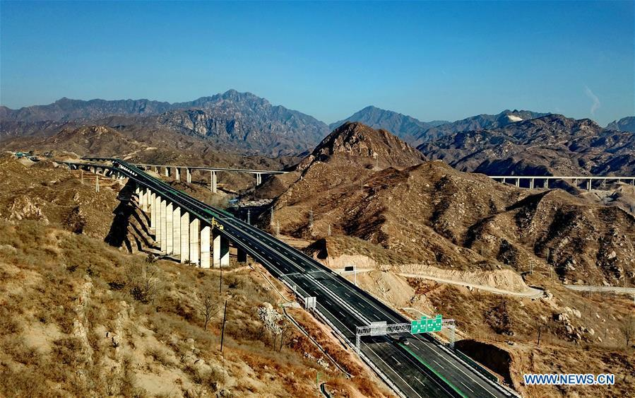Photo taken on Dec. 25, 2018 shows the junction of Laiqu section of Taihang Mountain expressway and Rongcheng-Wuhai expressway in north China\'s Hebei Province. The Taihang Mountain expressway linking Hebei with Beijing started operation Friday. The expressway, with a total length of 650 km, connects Hebei\'s mountainous region with the capital and its neighboring provinces including Shanxi and Henan, benefiting a total of 7.4 million people living in the mountainous areas. (Xinhua/Yang Shiyao)