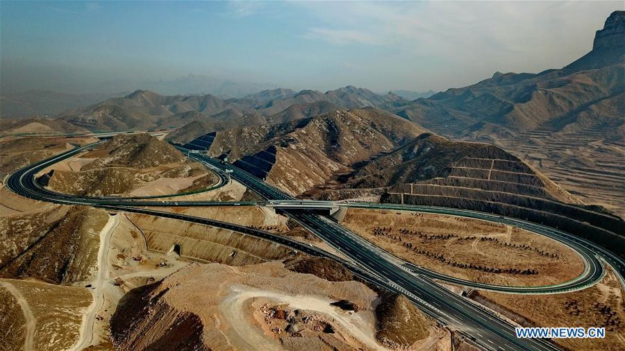 Photo taken on Dec. 25, 2018 shows the junction of Laiqu section of Taihang Mountain expressway and Baoding-Fuping expressway in north China\'s Hebei Province. The Taihang Mountain expressway linking Hebei with Beijing started operation Friday. The expressway, with a total length of 650 km, connects Hebei\'s mountainous region with the capital and its neighboring provinces including Shanxi and Henan, benefiting a total of 7.4 million people living in the mountainous areas. (Xinhua/Yang Shiyao)