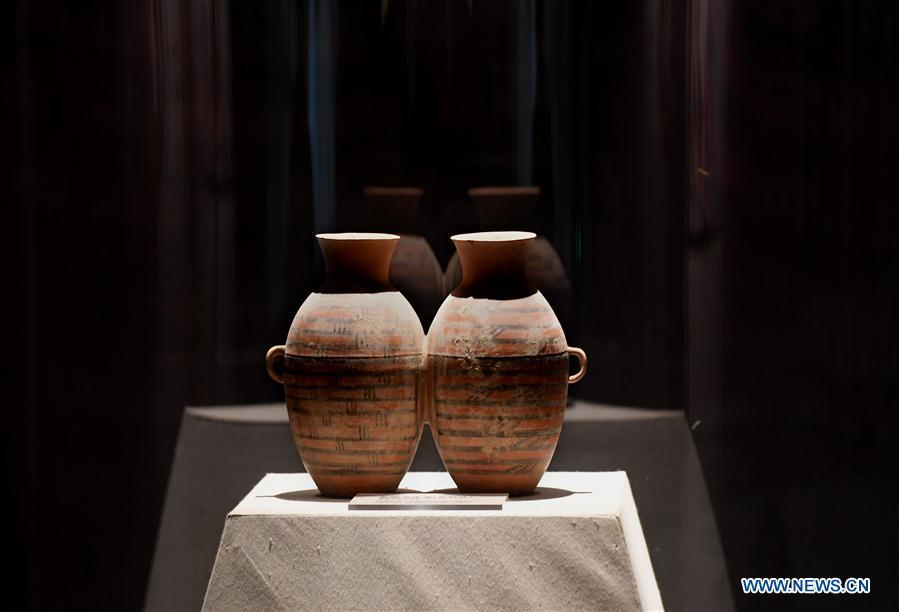 Picture taken on Dec. 11, 2018 shows the replica of a pottery ware in the Dahe Village relic site museum in Zhengzhou, capital of central China\'s Henan Province. The foundations of a Neolithic house that has stood for over 5,000 years in central China\'s Henan Province will be examined and reinforced 46 years after they were unearthed. The four-bedroom home is part of the Neolithic Yangshao culture, dating back 7,000 years. (Xinhua/Li An)