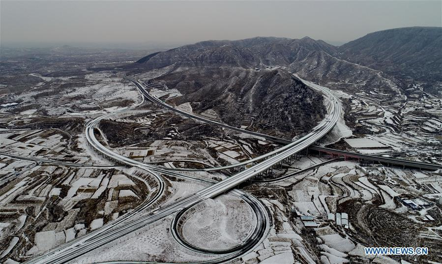Photo taken on Dec. 27, 2018 shows the junction of Taihang Mountain expressway and Xingtai-Fenyang expressway in north China\'s Hebei Province. The Taihang Mountain expressway linking Hebei with Beijing started operation Friday. The expressway, with a total length of 650 km, connects Hebei\'s mountainous region with the capital and its neighboring provinces including Shanxi and Henan, benefiting a total of 7.4 million people living in the mountainous areas. (Xinhua/Yang Shiyao)