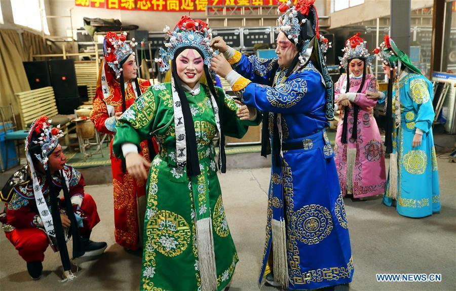 Jin opera actors rest during the break of a dress rehearsal in Jingxing County, north China\'s Hebei Province, Dec. 28, 2018. Actors of the local Jin opera troupe are busy rehearsing for performances to greet the upcoming new year. (Xinhua/Zhang Xiuke)