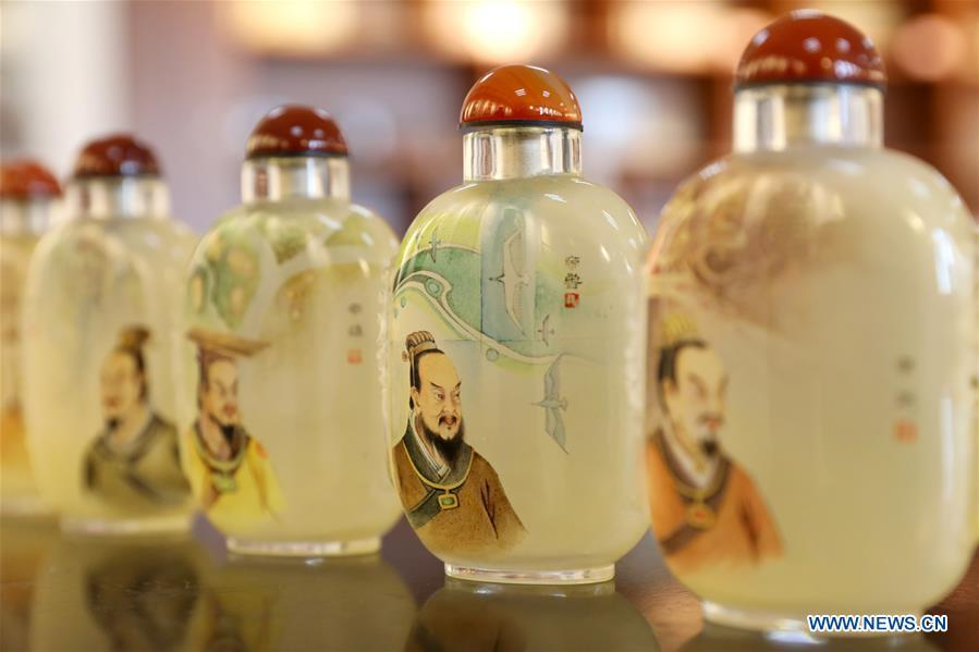 Photo taken on Dec. 28, 2018 shows inner painted snuff bottles created by teacher Yin Jianqing at Hebei College of Industry and Technology in Shijiazhuang, north China\'s Hebei Province, Dec. 28, 2018. The college takes intangible cultural heritages such as techniques of pyrograph and inner painting into school courses in recent years. (Xinhua/Liang Zidong)