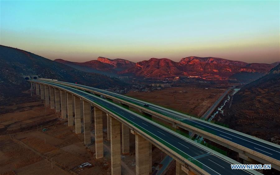 Photo taken on Dec. 17, 2018 shows the Taihang Mountain expressway in Xingtai, north China\'s Hebei Province. The Taihang Mountain expressway linking Hebei with Beijing started operation Friday. The expressway, with a total length of 650 km, connects Hebei\'s mountainous region with the capital and its neighboring provinces including Shanxi and Henan, benefiting a total of 7.4 million people living in the mountainous areas. (Xinhua/Yang Shiyao)