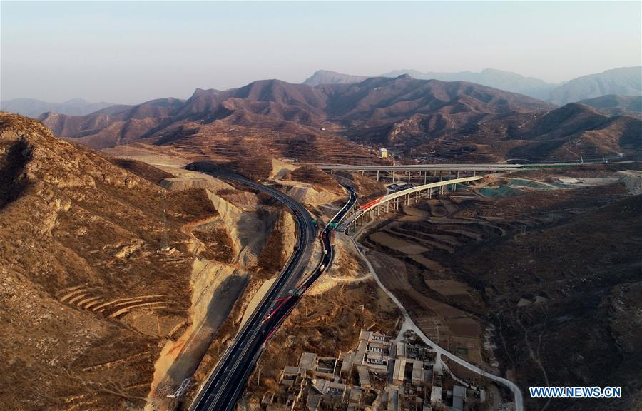 Photo taken on Dec. 26, 2018 shows the junction of Pingzan section of Taihang Mountain expressway and Shijiazhuang-Taiyuan expressway in north China\'s Hebei Province. The Taihang Mountain expressway linking Hebei with Beijing started operation Friday. The expressway, with a total length of 650 km, connects Hebei\'s mountainous region with the capital and its neighboring provinces including Shanxi and Henan, benefiting a total of 7.4 million people living in the mountainous areas. (Xinhua/Yang Shiyao)