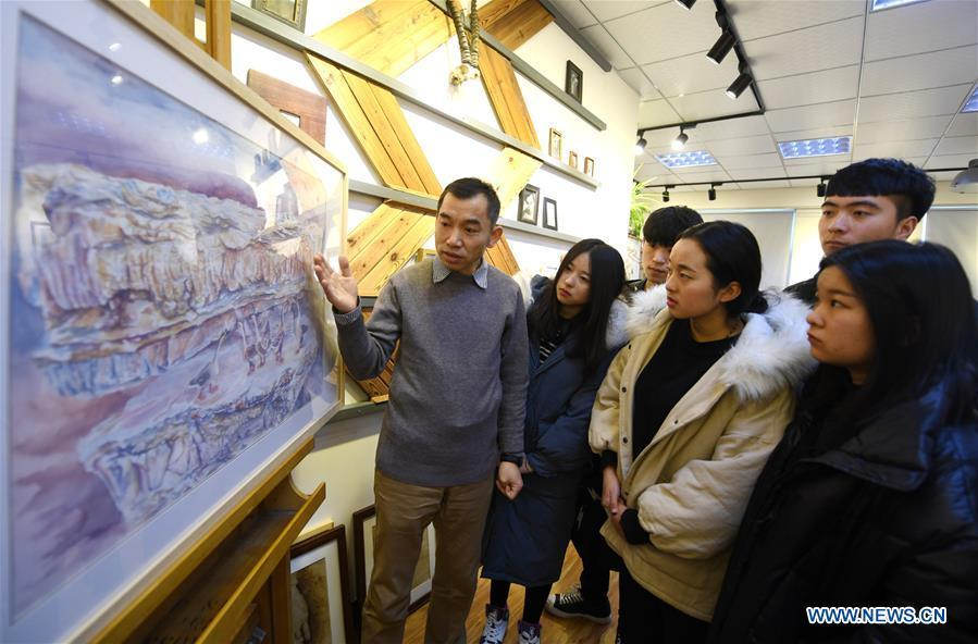 Zhang Pengjun (1st L) teaches students the technique of pyrograph at Hebei College of Industry and Technology in Shijiazhuang, north China\'s Hebei Province, Dec. 28, 2018. The college takes intangible cultural heritages such as techniques of pyrograph and inner painting into school courses in recent years. (Xinhua/Xue Dongmei)