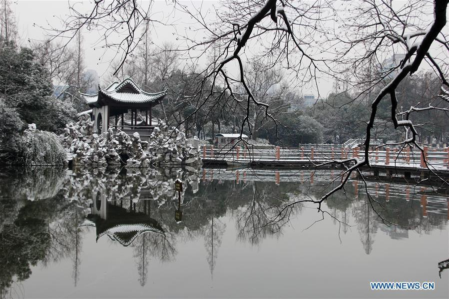 Photo taken on Dec. 31, 2018 shows the snow scenery at Jinghu Park in Wuhu City, east China\'s Anhui Province. (Xinhua/Sun Bingchun)