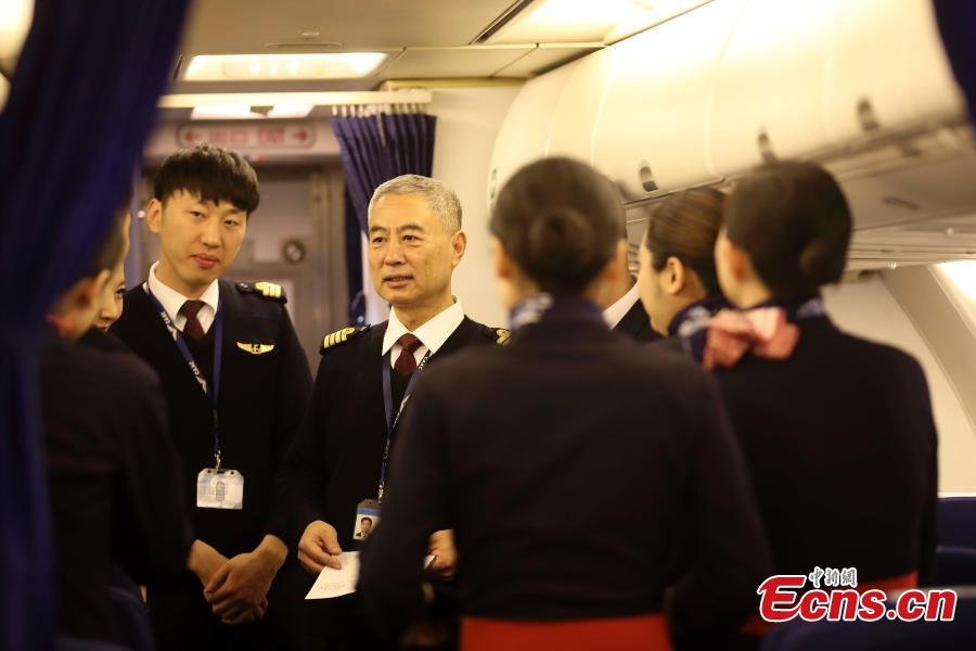 Veteran pilot Yang Jianxi talks to crew members onboard an aircraft in Taiyuan, Shanxi Province, Jan. 1, 2019. Since starting his career in 1976, Yang has amassed more than 27,000 hours of total flight time with no errors on his record. In 2018, he was awarded the Outstanding Pilot medal by the Civil Aviation Administration of China, highest honor for a Chinese civil aviation pilot. (Photo: China News Service/Zhang Yun)