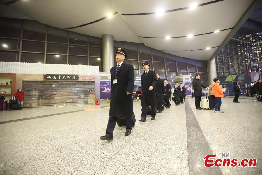Veteran pilot Yang Jianxi leads the flight crew to board an aircraft in Taiyuan, Shanxi Province, Jan. 1, 2019. Since starting his career in 1976, Yang has amassed more than 27,000 hours of total flight time with no errors on his record. In 2018, he was awarded the Outstanding Pilot medal by the Civil Aviation Administration of China, highest honor for a Chinese civil aviation pilot. (Photo: China News Service/Zhang Yun)