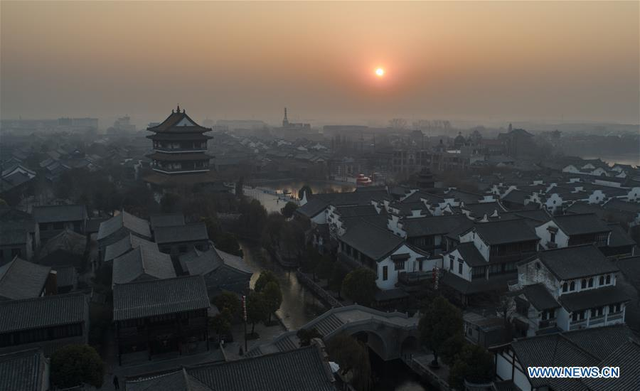 The sunrise scenery is seen in Tai\'erzhuang ancient town of Zaozhuang City, east China\'s Shandong Province, Jan. 1, 2019, as the sun rises over the eastern horizon at the first day of 2019. (Xinhua/Gao Qimin)