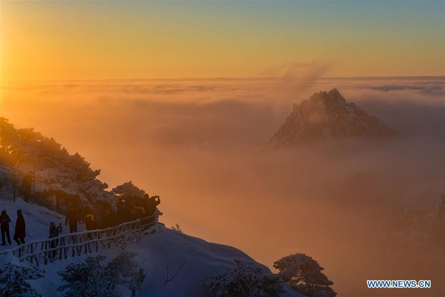 Photo taken on Dec. 31, 2018 shows the clouds seen at sunrise on the Huangshan Mountain in east China\'s Anhui Province. (Xinhua/Shui Congze)