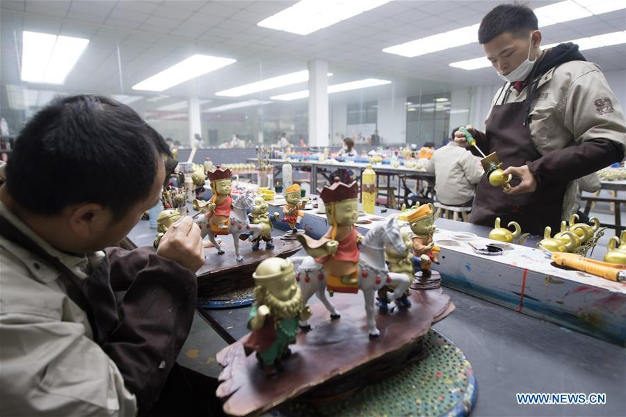 Craftsmen make copper artwork at a factory workshop in Jiande City, east China\'s Zhejiang Province, Jan. 2, 2019. A traditional sanitary ware production company, Tong Shifu, meaning Copper Master, has converted itself into an enterprise that designs and makes copper artwork in collaboration with museum, cartoon firm and artist\'s studio. With the annual output reaching 500 million yuan (about 72.9 million U.S. dollars), the company has succeeded in industrial transformation. (Xinhua/Weng Xinyang)