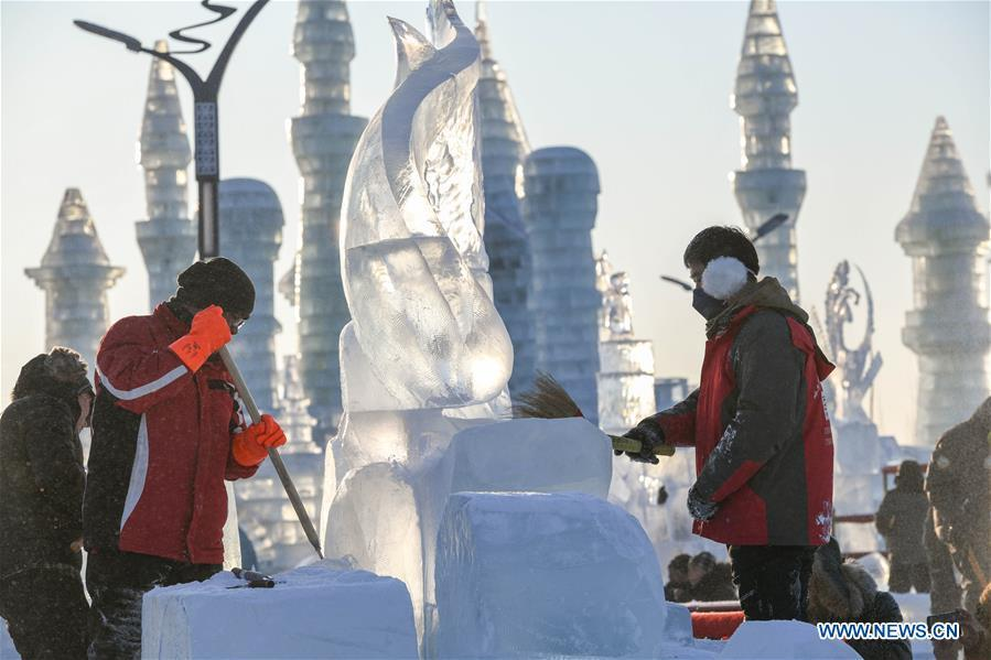 Contestants carve an ice sculpture during an international ice sculpture competition in Harbin, capital of northeast China\'s Heilongjiang Province, Jan. 2, 2019. A total of 16 teams from 12 countries and regions took part in the competition. (Xinhua/Wang Song)