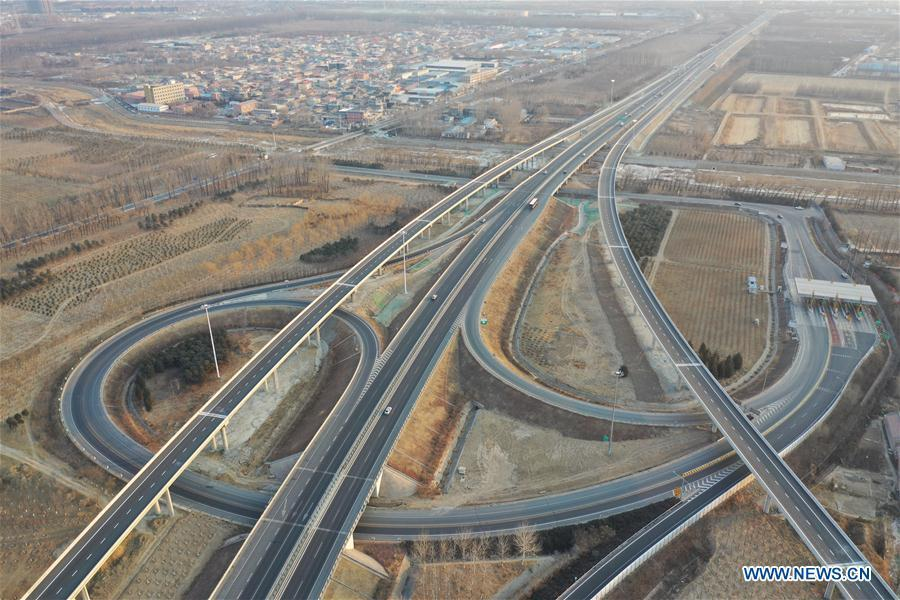 Aerial photo taken on Jan. 1, 2019 shows the Xinglongkou-Yanqing section of Beijing-Chongli Expressway in Beijing, capital of China. After more than three years\' construction work, the 42.2-km-long Xinglongkou-Yanqing section of Beijing-Chongli Expressway linking northwest Beijing\'s Xinglongkou Village in Changping district and Yanqing district opened to traffic on Tuesday. Beijing-Chongli Expressway starts from Beijing and ends at Chongli of north China\'s Hebei Province. It will serve the Beijing International Horticultural Exhibition 2019 and the Beijing 2022 Winter Games, which are to be held in Yanqing and Chongli respectively. (Xinhua/Xing Guangli)