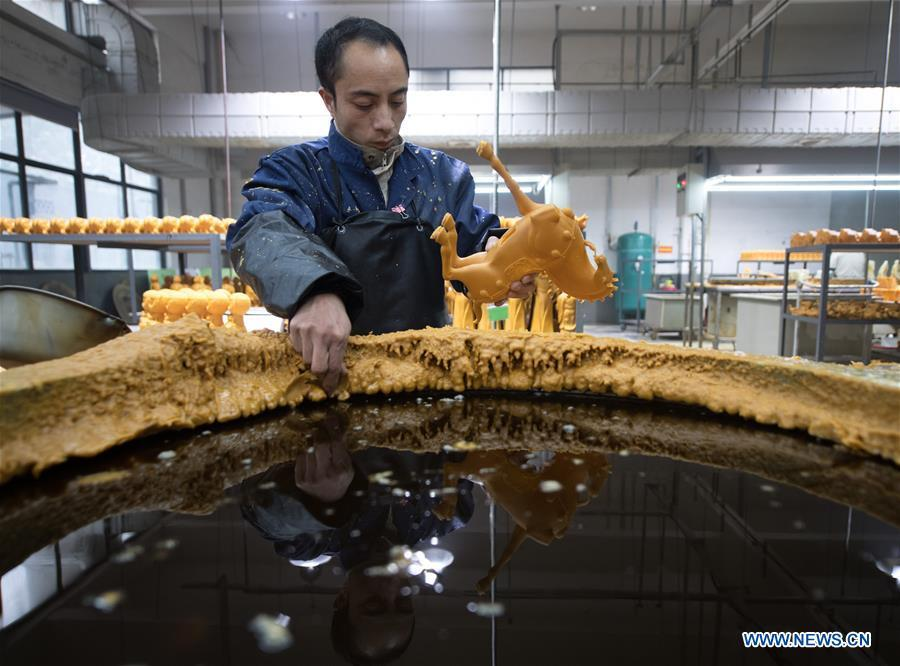 A craftsman makes copper artwork at a factory workshop in Jiande City, east China\'s Zhejiang Province, Jan. 2, 2019. A traditional sanitary ware production company, Tong Shifu, meaning Copper Master, has converted itself into an enterprise that designs and makes copper artwork in collaboration with museum, cartoon firm and artist\'s studio. With the annual output reaching 500 million yuan (about 72.9 million U.S. dollars), the company has succeeded in industrial transformation. (Xinhua/Weng Xinyang)