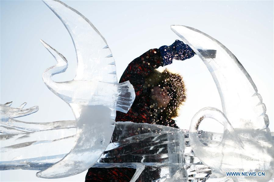 A contestant makes an ice sculpture during an international ice sculpture competition in Harbin, capital of northeast China\'s Heilongjiang Province, Jan. 3, 2019. (Xinhua/Wang Jianwei)
