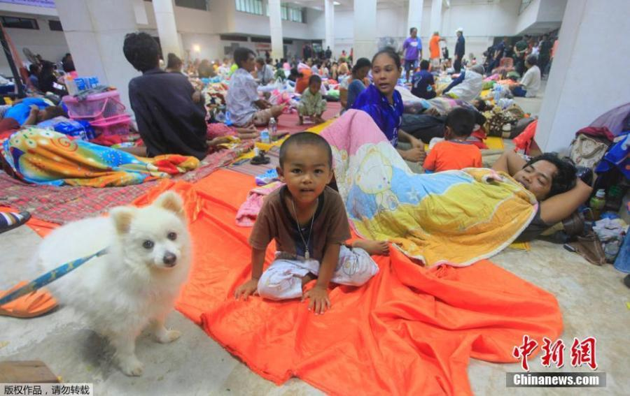 Thai people are settled at an evacuation center in Nakhon Si Thammarat province, Thailand, Thursday, Jan. 3, 2019. Thai weather authorities are warning that a tropical storm will bring heavy rain and high seas to southern Thailand and its famed beach resorts. (Photo/Agencies)