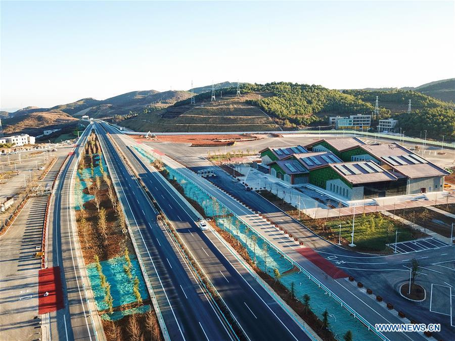 Aerial photo taken on Dec. 20, 2018 shows a part of the Liupanshui-Weining Highway in southwest China\'s Guizhou Province. The Liupanshui-Weining Highway with a highest altitude of 2,260 meters, the highest highway in the province, opened to traffic on Thursday. (Xinhua/He Huan)