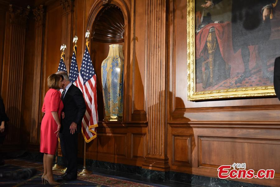 Speaker of the House Nancy Pelosi (D-Calif.) talks with a member of the House of Representatives after a ceremonial swearing-in, January 3, 2019.(Photo: China News Service/Chen Mengtong)