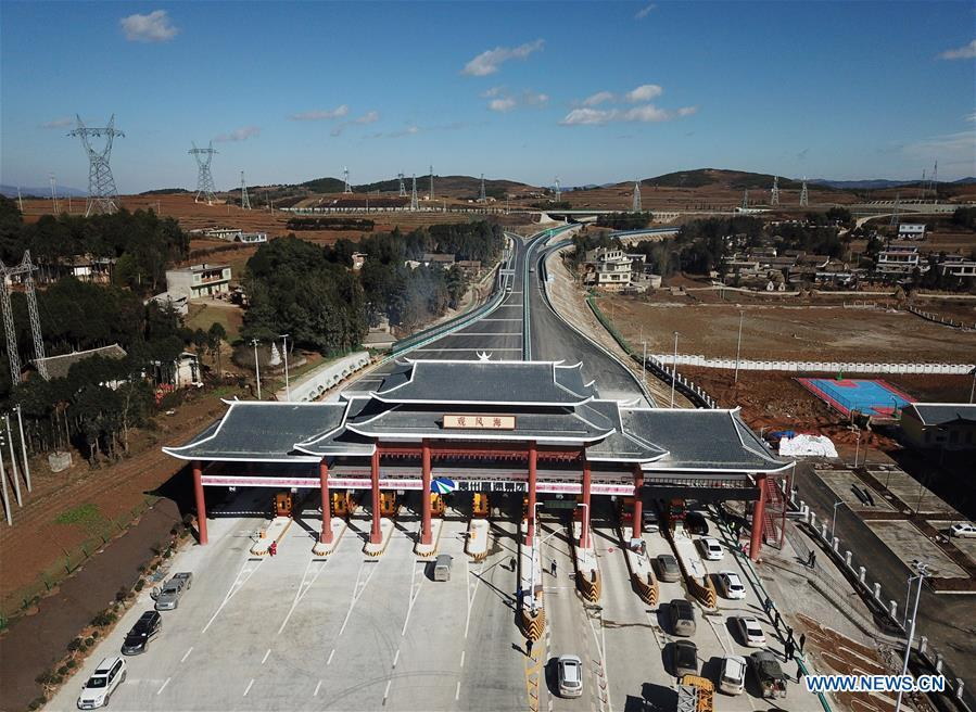 Aerial photo taken on Jan. 3, 2019 shows a toll station on the Liupanshui-Weining Highway in southwest China\'s Guizhou Province. The Liupanshui-Weining Highway with a highest altitude of 2,260 meters, the highest highway in the province, opened to traffic on Thursday. (Xinhua/Yang Wenbin)