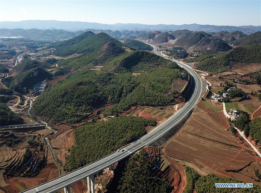Aerial photo taken on Jan. 3, 2019 shows a part of the Liupanshui-Weining Highway in southwest China\'s Guizhou Province. The Liupanshui-Weining Highway with a highest altitude of 2,260 meters, the highest highway in the province, opened to traffic on Thursday. (Xinhua/He Huan)