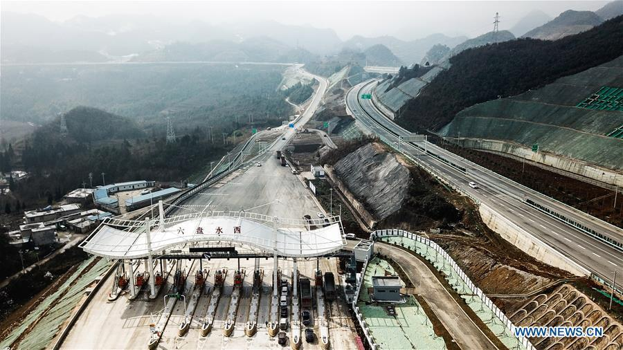 Aerial photo taken on Jan. 3, 2019 shows a toll station on the Liupanshui-Weining Highway in southwest China\'s Guizhou Province. The Liupanshui-Weining Highway with a highest altitude of 2,260 meters, the highest highway in the province, opened to traffic on Thursday. (Xinhua/Tao Liang)