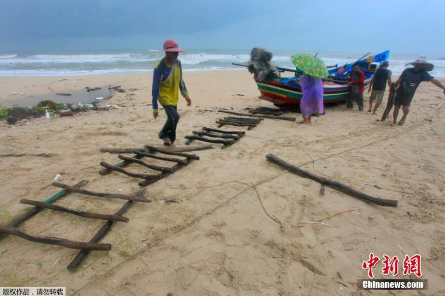 People push a fishing boat off the ocean to a safer location in Songkhla, Thailand in preparation for storm weather conditions on Thursday, Jan. 3, 2019. Thai weather authorities are warning that a tropical storm will bring heavy rains and high seas to southern Thailand and its famed beach resorts.  (Photo/Agencies)