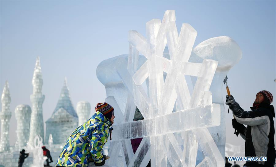Contestants make an ice sculpture during an international ice sculpture competition in Harbin, capital of northeast China\'s Heilongjiang Province, Jan. 3, 2019. (Xinhua/Wang Jianwei)