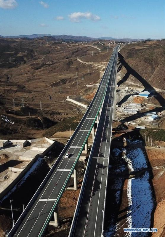 Aerial photo taken on Jan. 3, 2019 shows a part of the Liupanshui-Weining Highway in southwest China\'s Guizhou Province. The Liupanshui-Weining Highway with a highest altitude of 2,260 meters, the highest highway in the province, opened to traffic on Thursday. (Xinhua/Yang Wenbin)