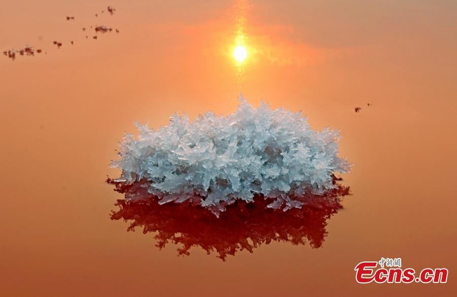 """A view of the scenery of mirabilite rime on the Salt Lake in Yuncheng City, North China\'s Shanxi Province, Jan. 2, 2019. Mirabilite rime is formed when mirabilite crystalizes at low temperatures in the inland saltwater lake, formed about 500 million years ago and known as """"China's Dead Sea."""" (Photo: China News Service/Jiang Hua)"""