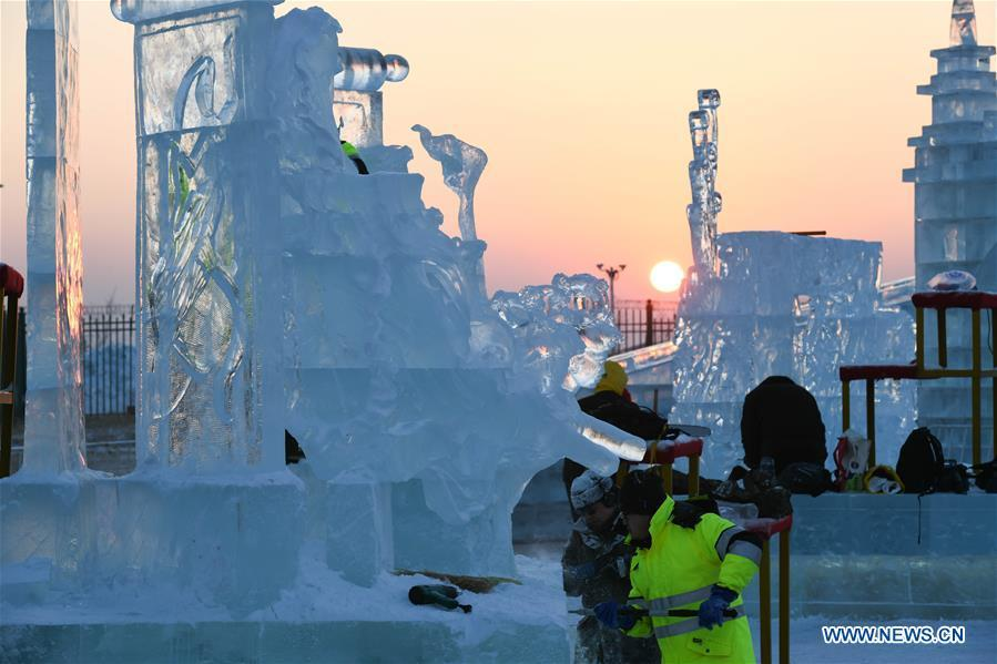 Contestants carve ice sculptures during an international ice sculpture competition in Harbin, capital of northeast China\'s Heilongjiang Province, Jan. 3, 2019. (Xinhua/Wang Song)