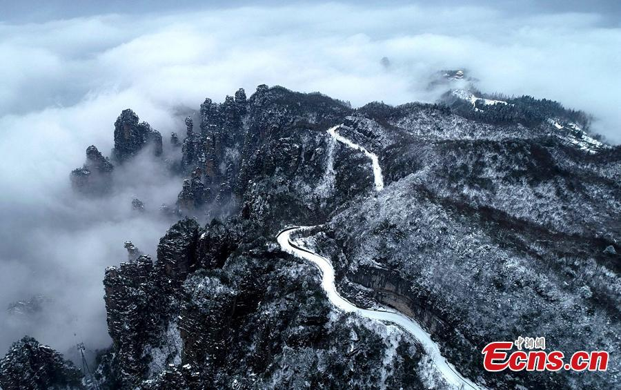 Mountains are snow-covered in Wulingyuan, a scenic and historical site in Central China\'s Hunan Province, Jan. 3, 2019. A UNESCO World Heritage site, it is famous for its quartzite sandstone pillars and peaks along with numerous ravines and gorges. (Photo: China News Service/Wu Yongbing)