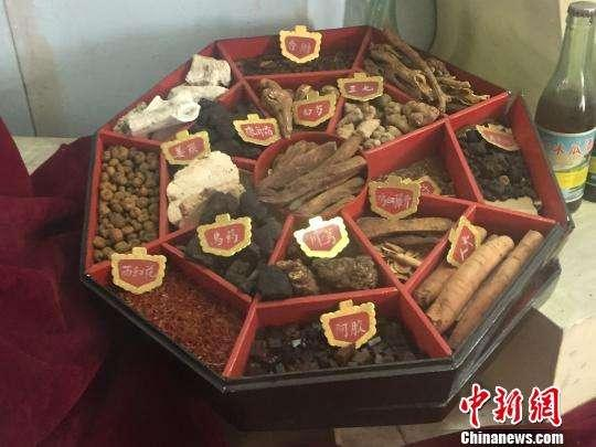 (Photo/China News Service)  Making Chinese traditional herbal medicine  Minor Cold is also the busiest time for doctors and pharmacies of traditional Chinese medicine. Many people need them to prepare new medicines, which will be consumed before the Lunar New Year.
