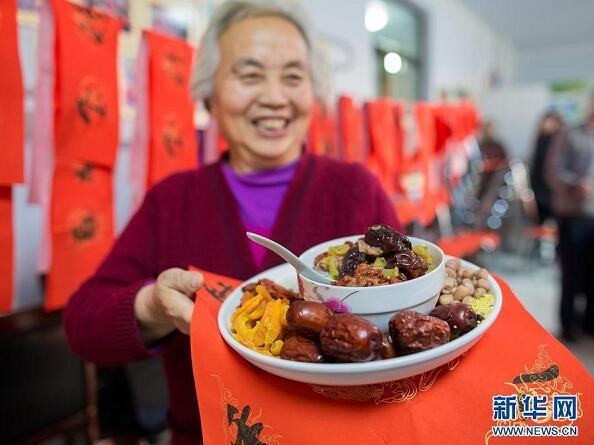 An old woman presents the ingredients of Laba congee to journalists at the Qingquan community of Yuquan district, in Hohhot, capital city of North China\'s Inner Mongolia autonomous region, on Jan 4. (Photo/Xinhua)  Eating Laba porridge  Another important traditional food for Minor Cold is Laba porridge. It is made from more than 20 kinds of nuts, cereals and dried fruits. Local people in Beijing often cook Laba porridge on the night of the seventh day of the twelfth lunar month. After one night\'s slow simmering, all the ingredients melt into the porridge in the morning of the eighth day, becoming a warm delicacy to enjoy on cold days.