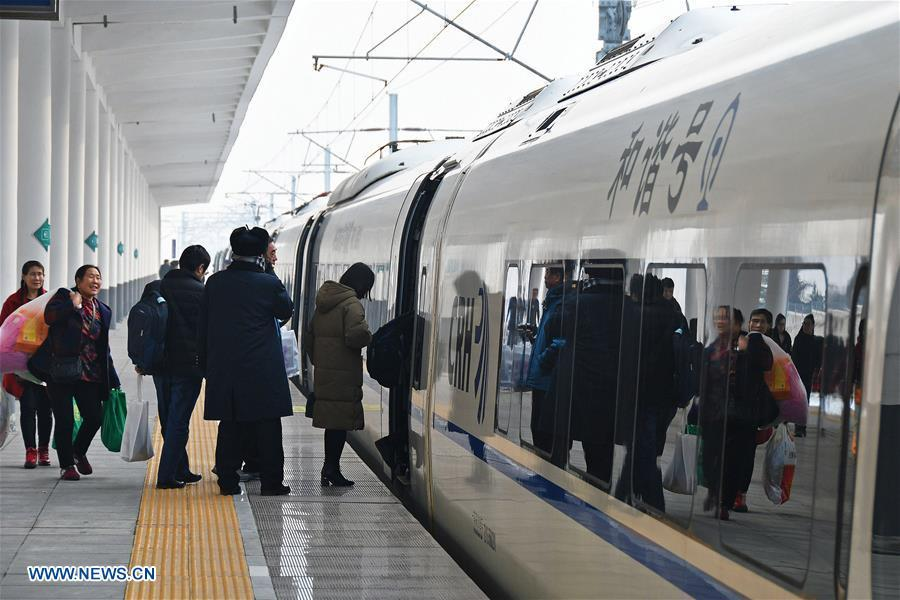 Passengers take a train at the Yantai South Railway Station in Yantai, east China\'s Shandong Province, Jan. 4, 2019. China will put into use the new train diagram starting from Jan. 5.(Xinhua/Sun Wentan)