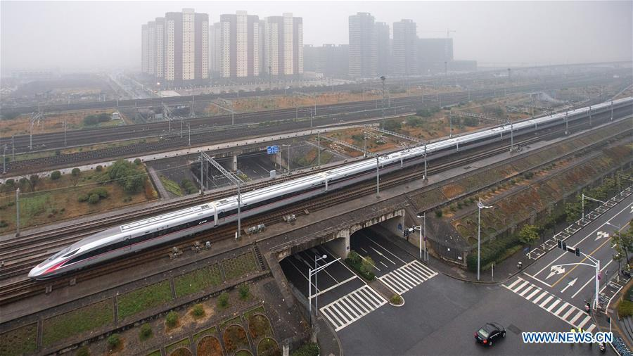 Photo taken on Jan. 5, 2019 shows a new Fuxing bullet train running on the Beijing-Shanghai line in Nanjing, east China\'s Jiangsu Province. A longer Fuxing bullet train started running on the Beijing-Shanghai line Saturday at noon. The new train, with a designed speed of 350 km per hour, has 17 carriages, one carriage longer than the Fuxing trains currently in use. (Xinhua/Su Yang)