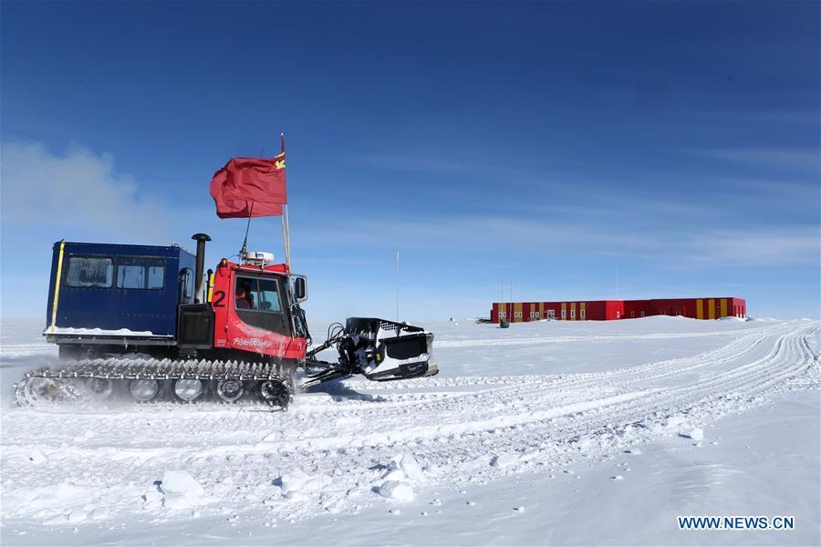 A vehicle of the Kunlun team arrives at Kunlun Station in Antarctica, Jan. 4, 2019. The 16 members on the Kunlun team of China\'s 35th Antarctic expedition arrived at Kunlun Station on Friday. (Xinhua/Liu Shiping)