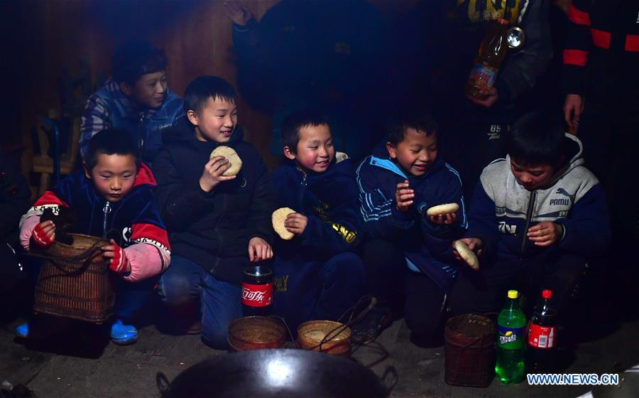 Children pay a New Year visit to an elder\'s home in Rongshui, Liuzhou City of south China\'s Guangxi Zhuang Autonomous Region, Jan. 5, 2019. Local Miao people celebrated their traditional New Year in various ways. (Xinhua/Huang Xiaobang)