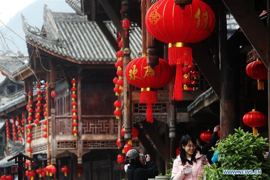 Photo taken on Jan. 6, 2019 shows the festival decorations to greet the upcoming Lunar New Year in Zhuoshui ancient town in Qianjiang District, southwest China\'s Chongqing. (Xinhua/Yang Min)