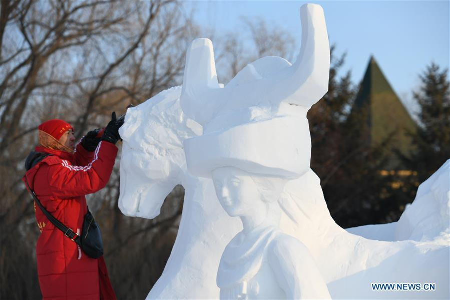 A participant works on a snow sculpture at the Sun Island International Snow Sculpture Art Expo park in Harbin, northeast China\'s Heilongjiang Province, Jan. 6, 2019. The four-day snow sculpture competition of college students attracted over 70 participants from 17 colleges across China. (Xinhua/Wang Song)
