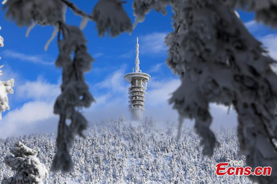 A telecommunications tower is seen on the top of a snow-covered slope on Mount Parnitha, near Athens, Greece, Jan. 4, 2019. An elderly woman was found dead and two men were missing after blizzards hit parts of Greece, police officials said on Saturday. (Photo/Agencies)