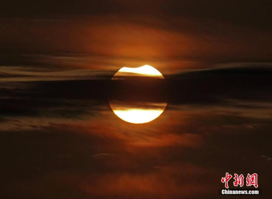 A partial solar eclipse is observed in Dalian City, Liaoning Province, Jan. 6, 2019. (Photo: China News Service/Liu Debin)