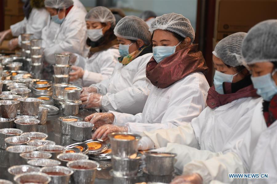 Volunteers pack Laba porridge just cooked at Lingyin Temple in Hangzhou, capital of east China\'s Zhejiang Province, Jan. 6, 2019. Lingyin Temple started to make the traditional Laba porridge on Sunday, which was the first day of the 12th month of the Chinese lunar calendar, and will share it with local community for free. (Xinhua/Huang Zongzhi)
