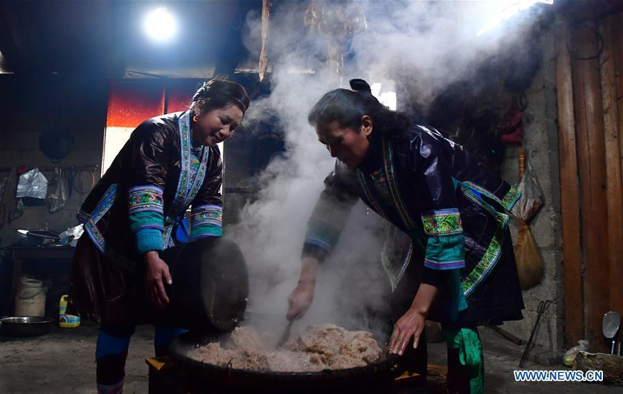 Villagers cook sticky rice at home in Rongshui, Liuzhou City of south China\'s Guangxi Zhuang Autonomous Region, Jan. 5, 2019. Local Miao people celebrated their traditional New Year in various ways. (Xinhua/Huang Xiaobang)