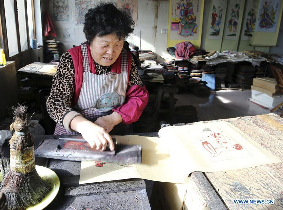 A folk artist prints woodblock New Year paintings in Yangjiabu Village of Hanting District in Weifang, east China\'s Shandong Province, Jan. 8, 2019. Local folk artists are busy making woodblock New Year paintings for the upcoming Spring Festival, which starts from the first day of the first month of the Chinese lunar calendar, or Feb. 5 this year. (Xinhua/Zhang Chi)