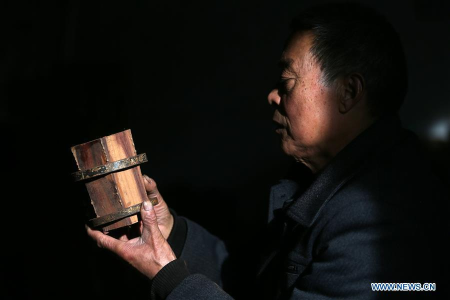 Villager Gao Zhenbao makes the tube of Erhu, a Chinese two-stringed bowed instrument at Yuequan Village of Miaoshan Town in Linyi City, east China\'s Shandong Province, Jan. 8, 2019. Yuequan is famous for its time-honored handmade Erhu, with more than 90 households dedicated to it in the village. (Xinhua/Zhang Chunlei)